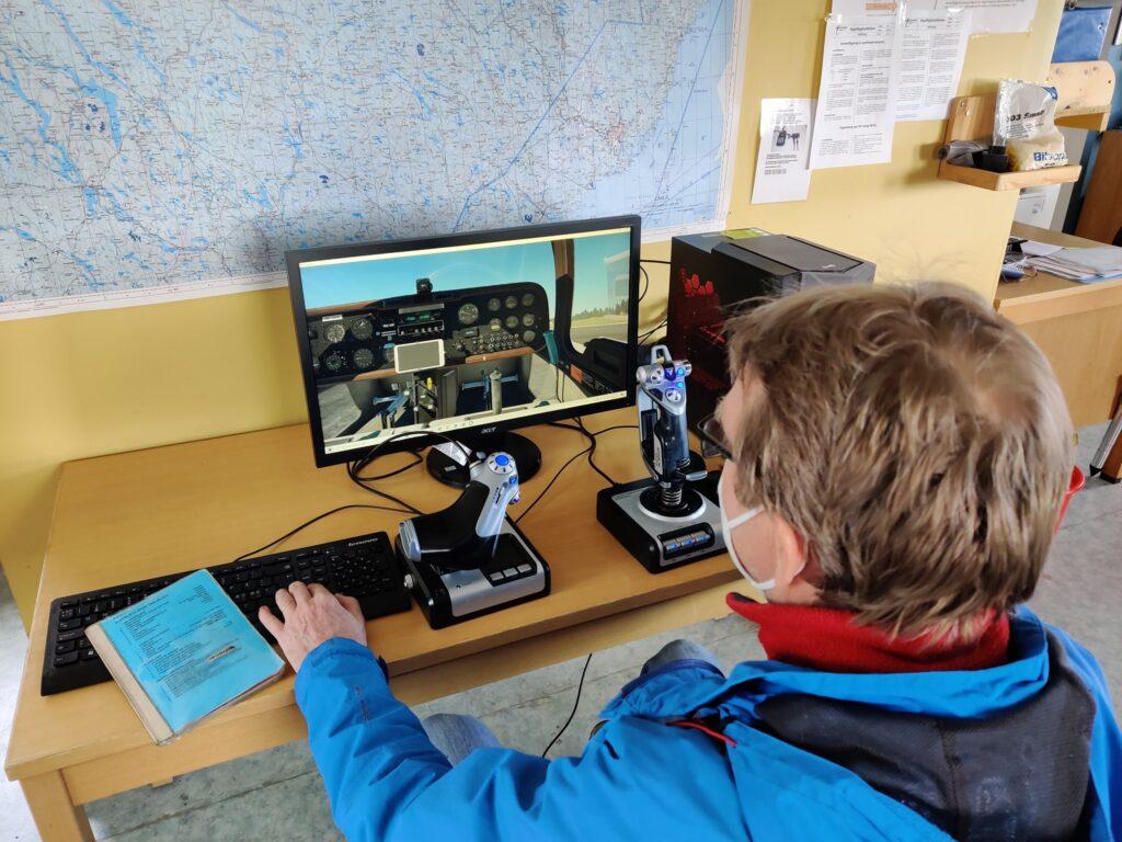 En instrukör som provflyger vår simulator